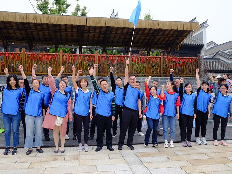 2019年4月,集团工会组织职工素质拓展活动,图为职工分组喊口号,为本队摇旗呐喊